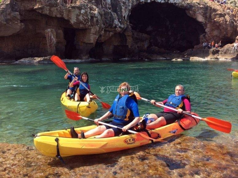 Descansando en kayak en Cova Tallada