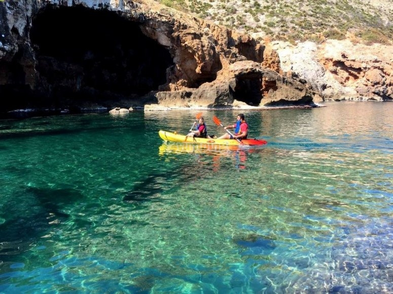 En kayak a Cova Tallada