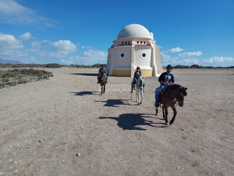 Accediendo a la playa de Almeria a caballo