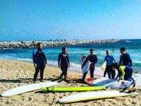 Surfistas aprendiendo en la arena