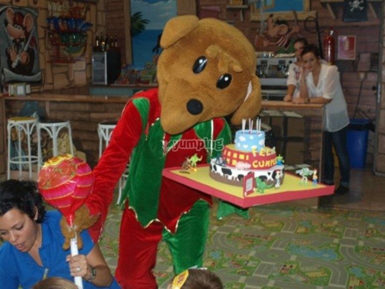 mascota con tarta