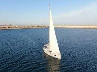 Allontanandosi dal porto sulla barca a vela