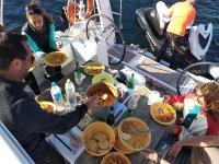 Mangiare con gli amici durante la navigazione