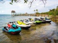 Motos de agua en la playa Montemar
