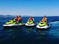 Grupo de amigos en motos de agua Montemar