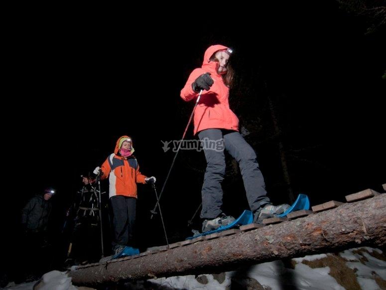 ruta nocturna con raquetas de nieve en girona