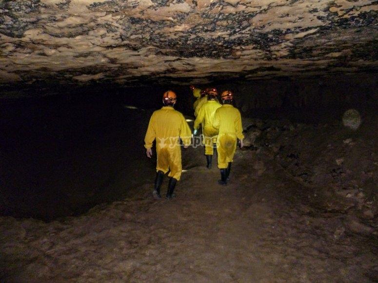 caminando por la cueva