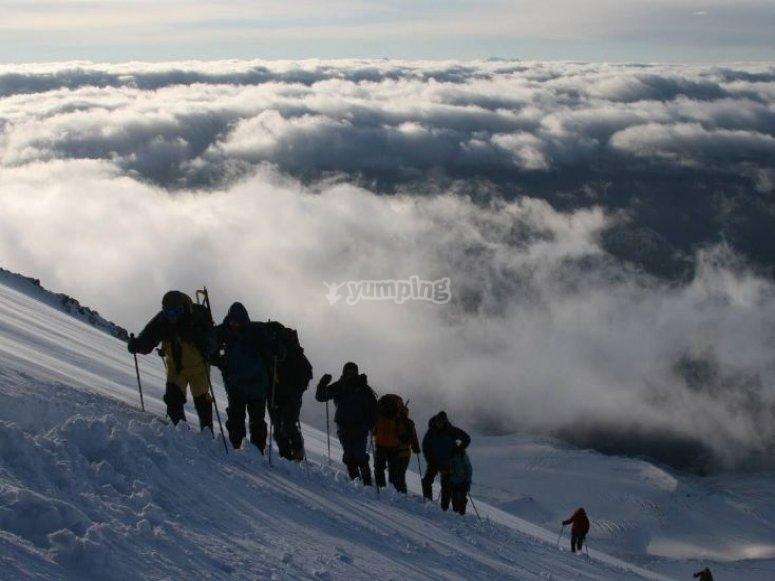 Salendo attraverso la montagna innevata