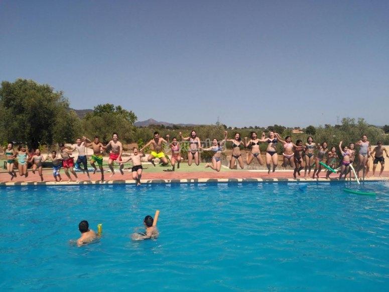 Godendo della piscina
