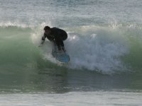 Agachandose en la tabla de surf