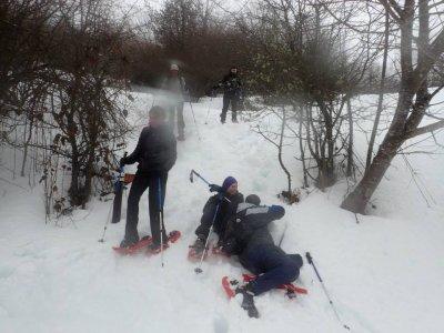 在阿斯图里亚斯家庭的雪鞋行走路线