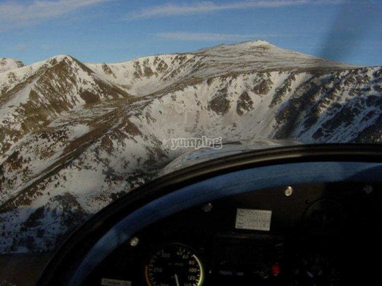Volando entre montañas