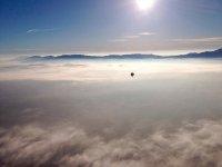 Volando en globo sobre las nubes