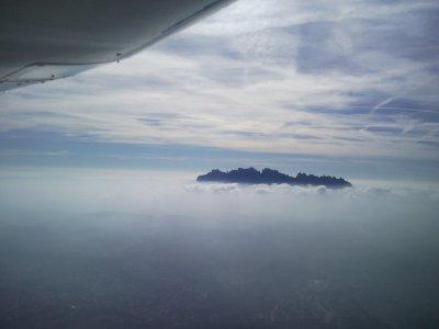 在巴塞罗那小飞机上飞行一天45分钟