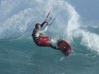 hombre practicando kitesurf