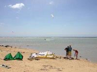 preparandose para un dia de kitesurf