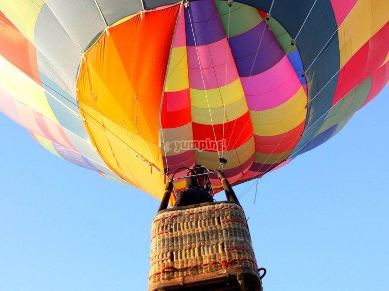 颜色气球的起飞
