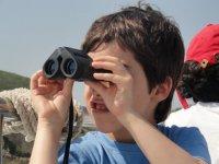 Observando con prismaticos