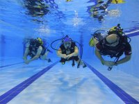 aprendiendo a bucear en una piscina