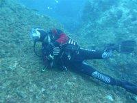 buceador tocando el suelo del mar