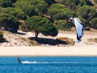 kitesurf con aquilone blu