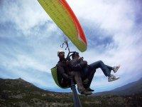 在马德里附近滑翔伞飞行