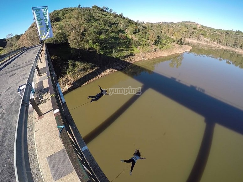 Bungee jumping sul fiume