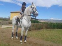 nina pasenado a caballo