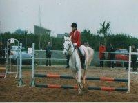 nino realizando el salto a caballo