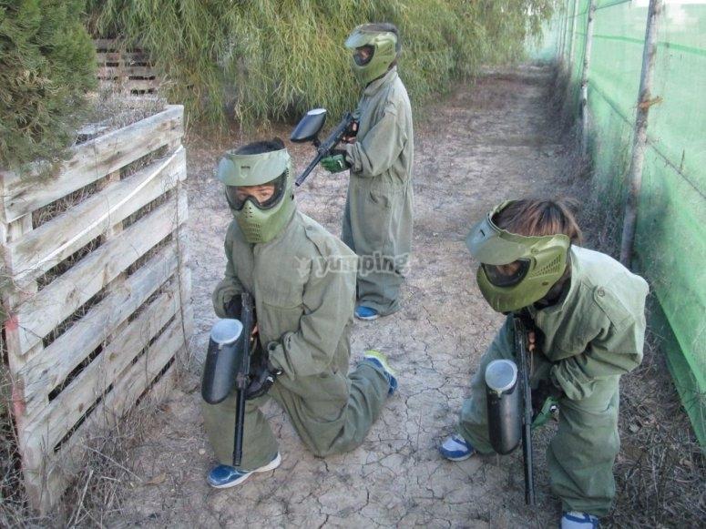 chicos preparados para el paintball