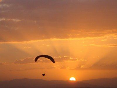 学习在马德里滑翔伞飞行