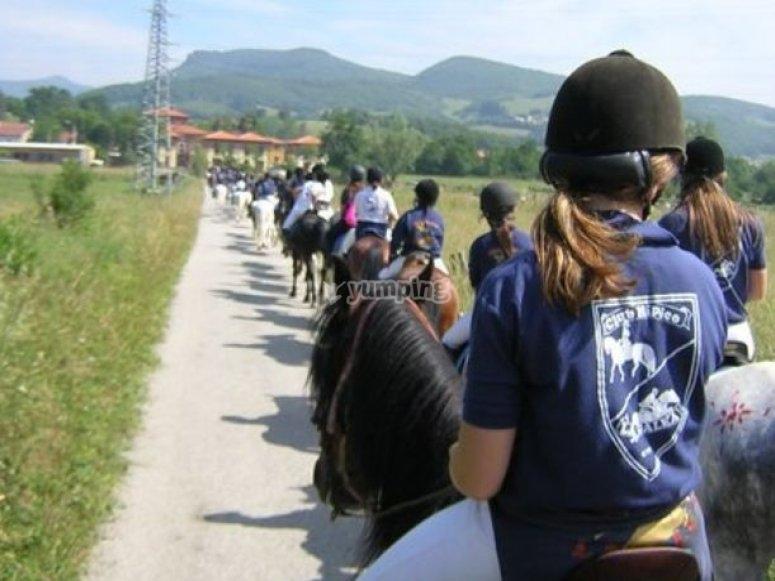 Equitazione con gli studenti del campo