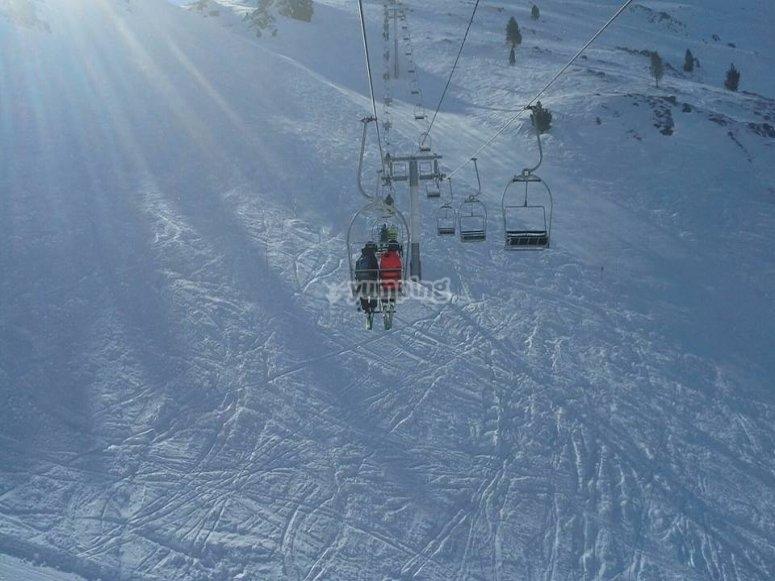 滑雪缆车在雪中