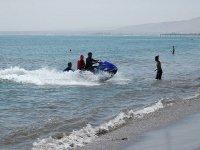 Motos de agua en la orilla