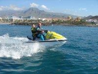 在岸上摩托车摩托艇