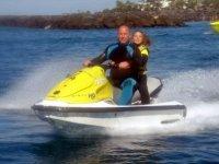 成人和女孩在摩托艇摩托艇