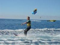 Nino realizando esqui nautico