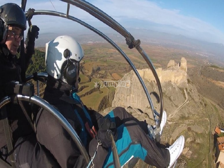 滑翔伞通过洛格罗尼奥起飞