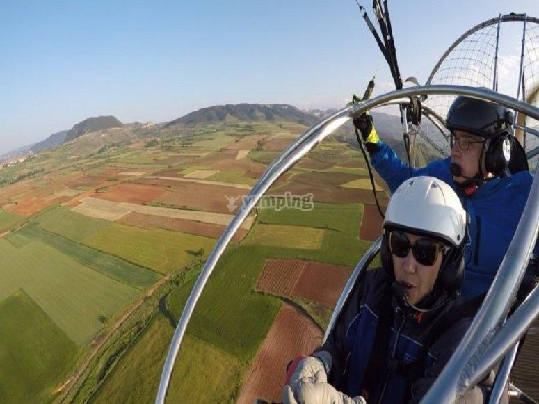 滑翔伞越过洛格罗尼奥