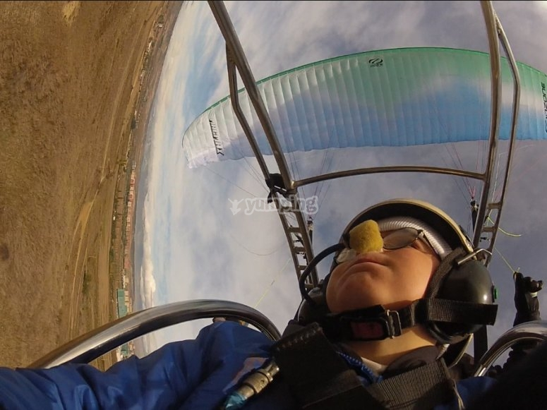 从滑翔伞望着天空