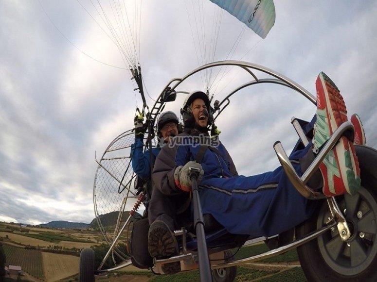 穿越洛格罗尼奥的空中滑翔伞