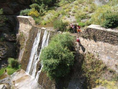 在Abrucena,团体徒步旅行和绳降