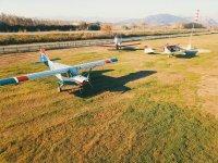 在飞机场附近的飞机上的超轻飞机