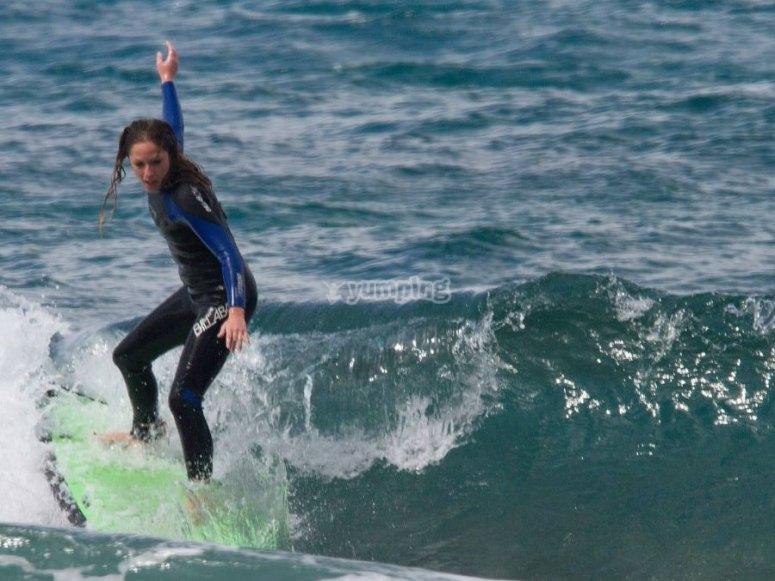 Lecciones de surf en el mar