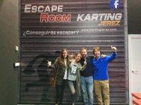 Parejas en la experiencia del taller escape room