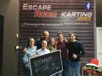 Grupo de amigos después de la sala de escape