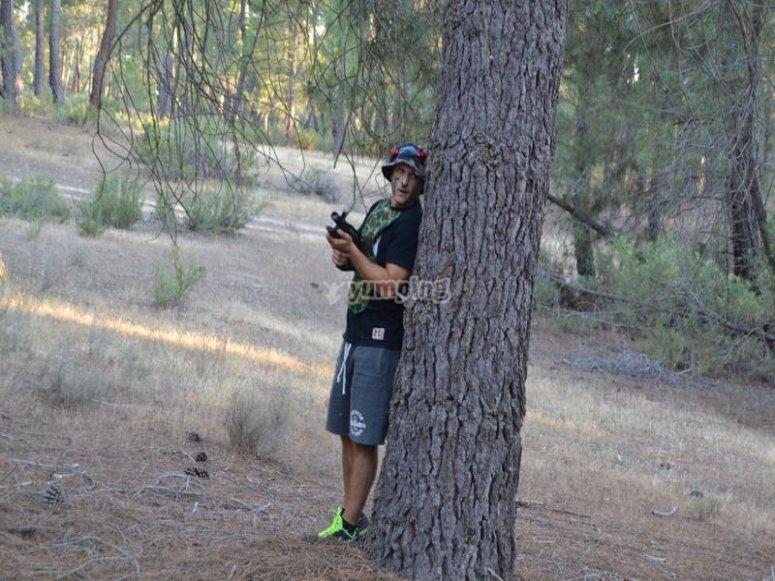 Cubriéndose con el árbol