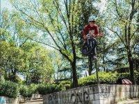 在公园滑板公园BMX跳