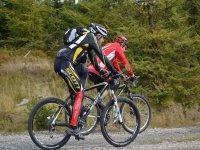 Ciclistas BTT en la sierra de Madrid
