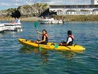 Dando clases de kayak